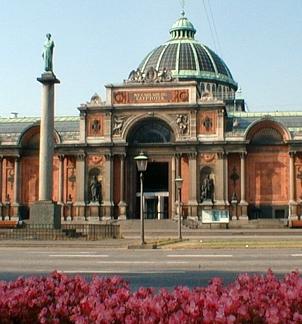 Image of Glyptoteket's entrance with flowers